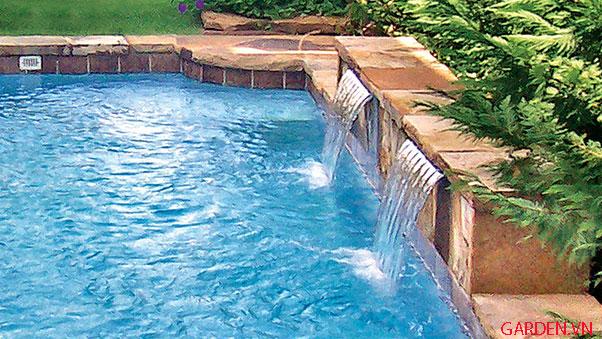 Hồ bơi với màn nước đơn giản