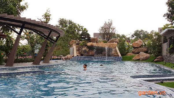 Hồ bơi có thác tràn làm từ đá tự nhiên tại biệt tự Quận 9